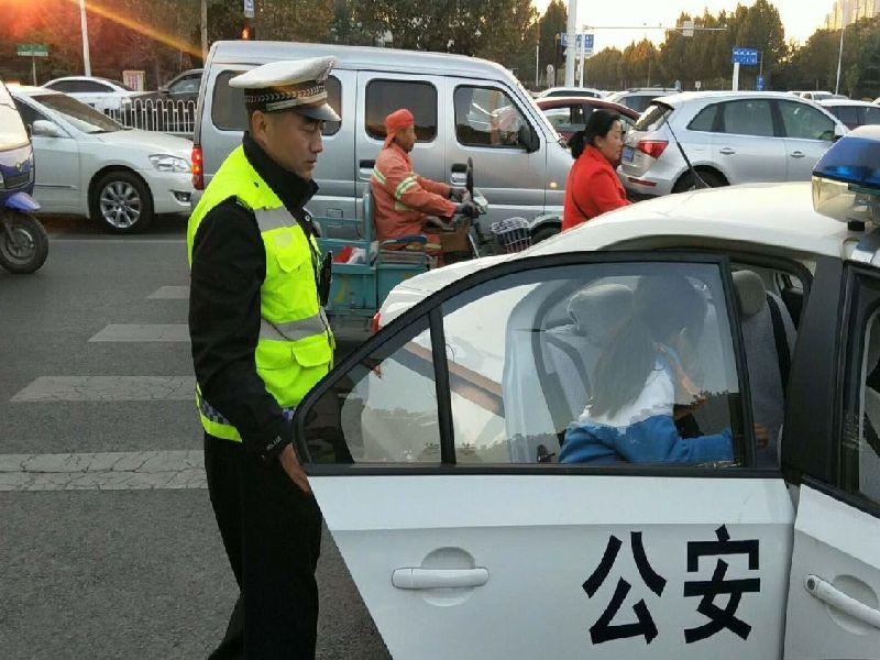 淄博:接娃途中老人遇车祸  交警暖心护送获称赞
