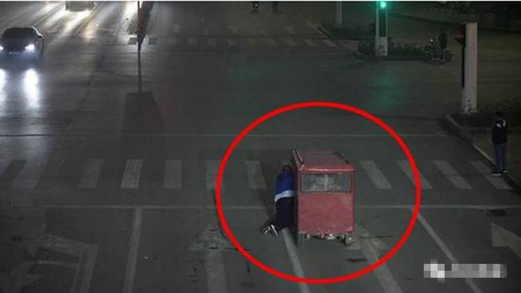 45秒|菏泽电动三轮追尾出租车后逃逸 拖行男司机数百米