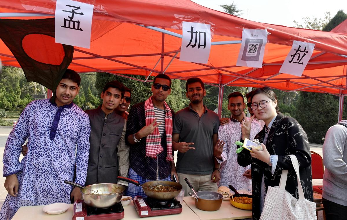 38国留学生拼厨艺 山东师范大学上演中外美食节