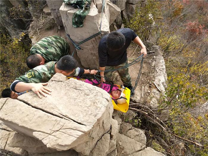 潍坊:驴友拍照坠崖 消防公安悬绳合力营救