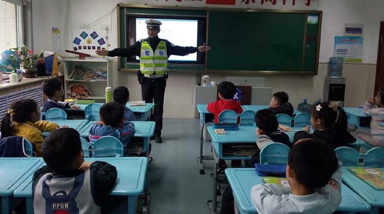 山东一小学把交警叔叔请进课堂 安全常识讲一讲