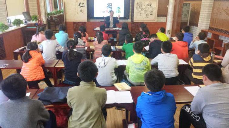 山师附小孔子书院院长来上课 他都讲了啥让孩子入了迷?
