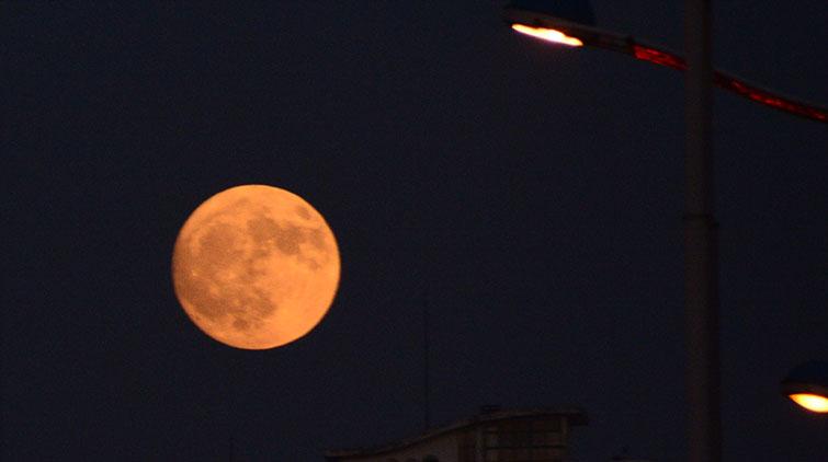 泉城市民下班路上纷纷举起手机在拍啥? 快拍大月亮!