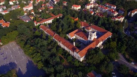 最山东|79秒瞰中国首个海洋高等学府:红瓦绿树,碧海蓝天