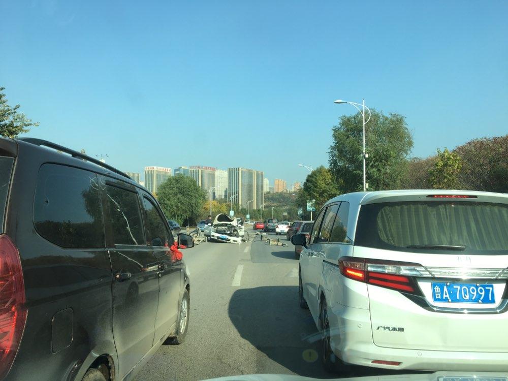 济南旅游路发生一起交通事故 路中间隔离护栏被撞20米
