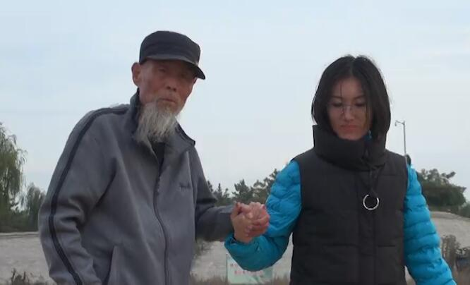 """女孩带""""捡""""回的爷爷游全国 91岁老人回山东寻根"""