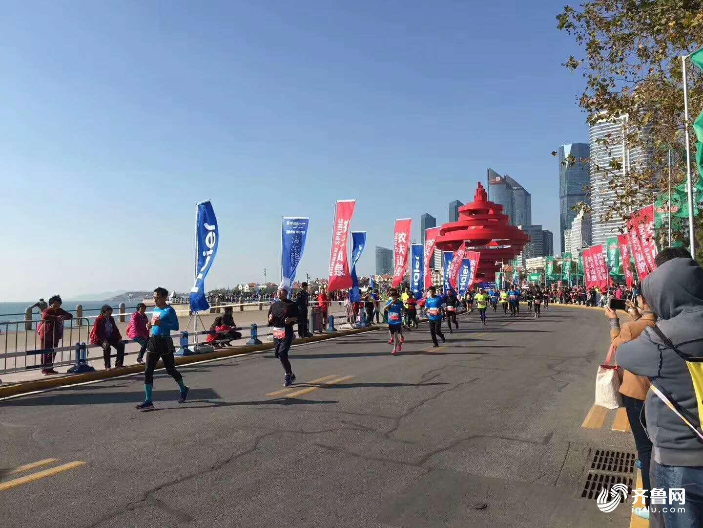 青岛马拉松也被誉为中国最美马拉松赛事之一,赛道尽显青岛山海城帆特色,沿途经过汇泉湾、太平湾、八大关、五四广场、奥帆中心、浮山等名胜景点。风景如画的海岸线、紧张激烈的比赛氛围,让参赛选手和沿途观众共享欢乐与激情。
