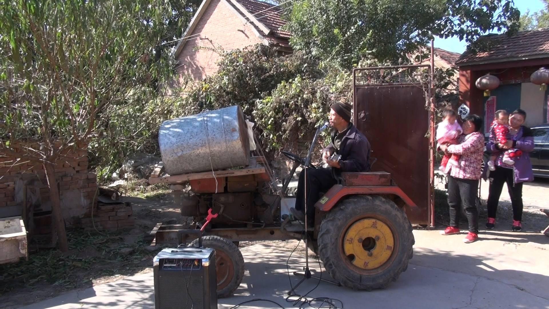 火了!东营大叔拖拉机上吉他伴唱直播 网友:被玉米棒子耽误的灵魂歌手