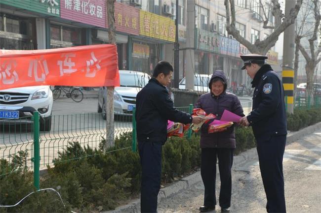 潍坊经济公安分局民警走上街头宣传冬季防范侵财案件