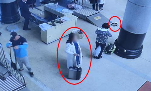 """淄博:""""马大哈""""着急赶火车落下包 幸被安检员捡到"""