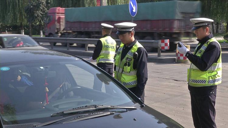 64秒丨男子开报废车上路被查疯狂闯卡 逃窜90多公里后被抓