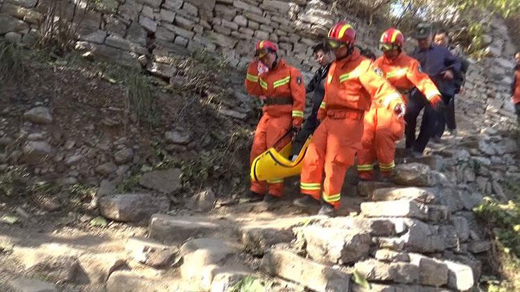 31秒|游客登山摔骨折 青州消防民警联手将其抬下山