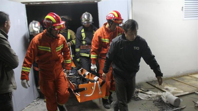 50秒丨滕州一名工人坠入8米深管道井 消防利用通风口紧急救援