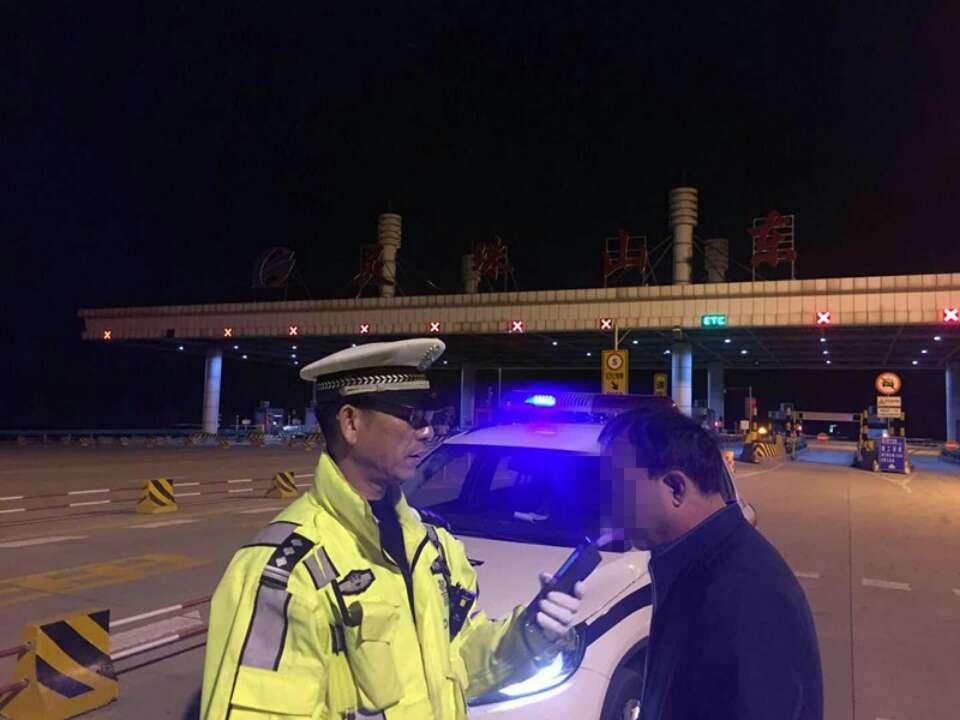 青岛男子酒后驾车上高速 正犹豫不决时警察来了