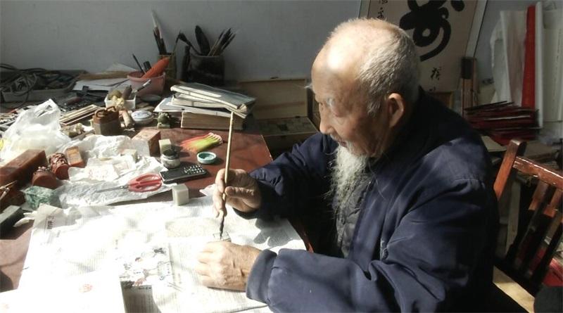 金乡八旬老人痴迷篆刻50载 历时十年制作历代帝王姓名印谱