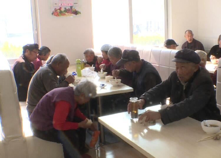 """23秒丨东营黄东村建起""""一元餐厅"""" 老人吃上可口午餐"""