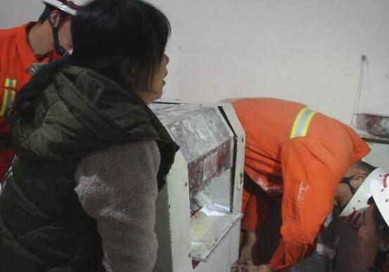 """饭店女工被压面机""""咬手"""" 枣庄消防官兵紧急救援"""