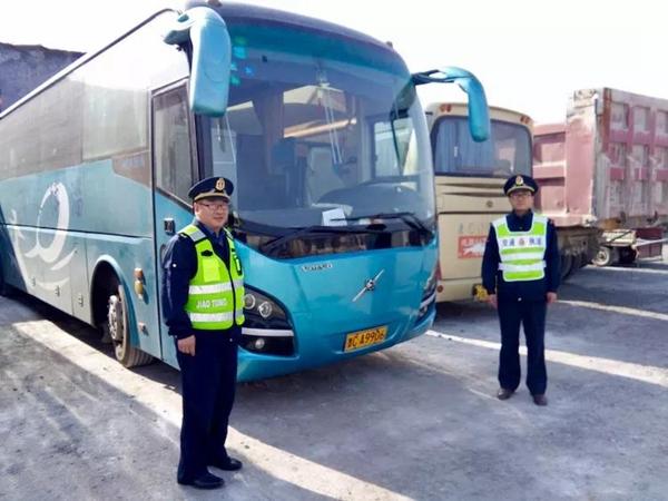 章丘区交通运输局查扣无证旅游大巴 安全转运乘客