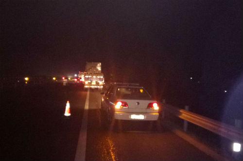 日照货车夜间抛锚高速公路 民警巡逻及时伸援手