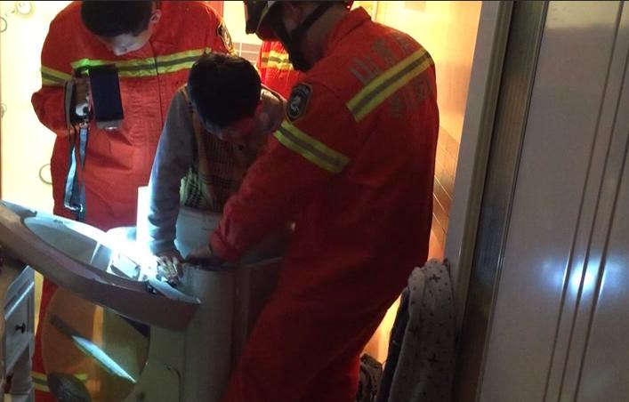 揪心!滕州十岁娃卡在单筒洗衣机 消防破拆救援