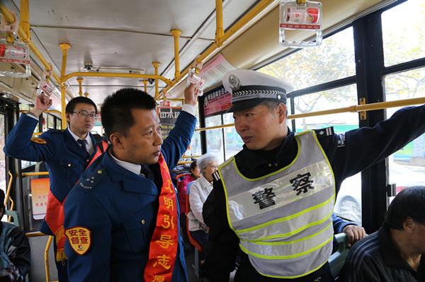 """文明礼让斑马线 交警公交行人""""三方会谈"""""""