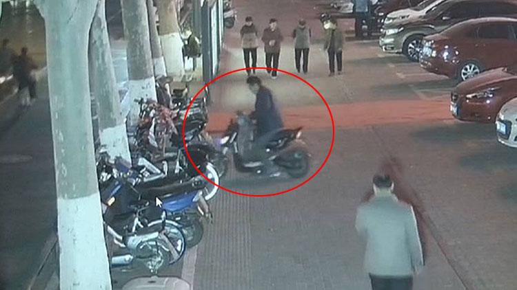 男子偷走忘拔钥匙电动车  得手后重新返回骑走自己自行车