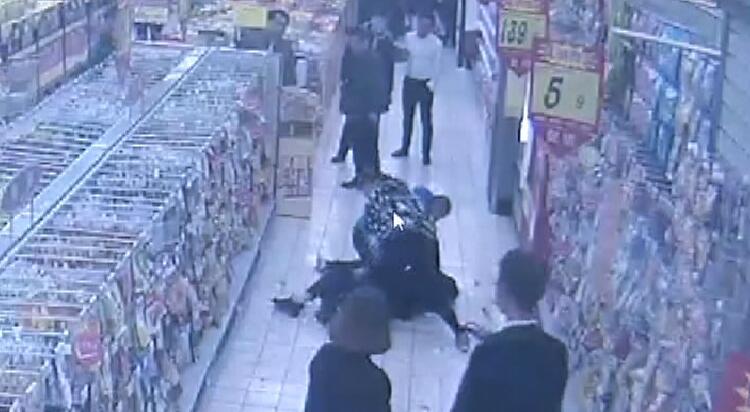 33秒|济宁57岁男子超市盗窃女子手机,关键时刻女子丈夫来了