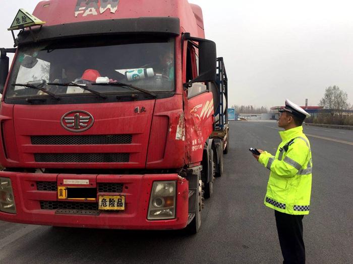 无证运输剧毒化学品,一危化品运输罐车被聊城高速交警查获