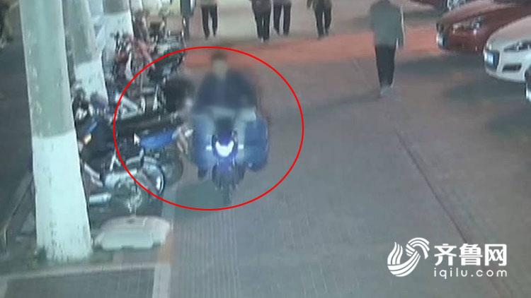 贪心!男子偷走忘拔钥匙电动车  得手重新返回骑走自己自行车