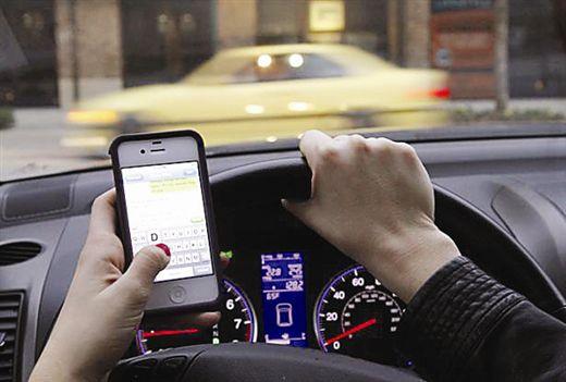 济宁男子开车低头看手机闯红灯撞车 结果扣8分赔偿所有损失
