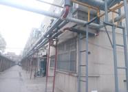 滨州一小区老架杆叠加安装供热管线 居民质疑有安全隐患