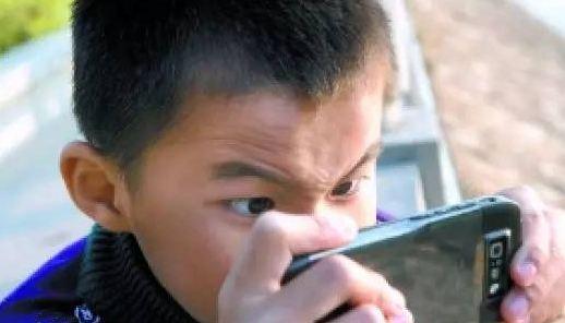 痴迷手游拿妈妈手机充值买道具 淄博10岁熊孩子挥霍一万多