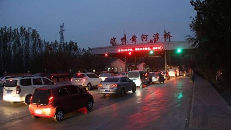 """滨州黄河大桥封闭施工 绕行车辆过浮桥排""""长龙"""""""