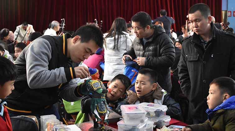 """中外学生""""切磋""""中国传统文化 留学生竖起大拇指"""