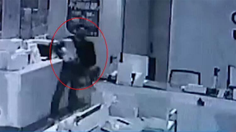 监控实拍:男子2分钟盗走31部手机 销赃得2万元