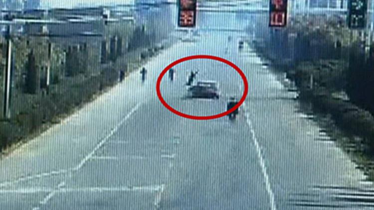 39秒丨电动车路口不减速被撞 骑车女腾空翻转两圈