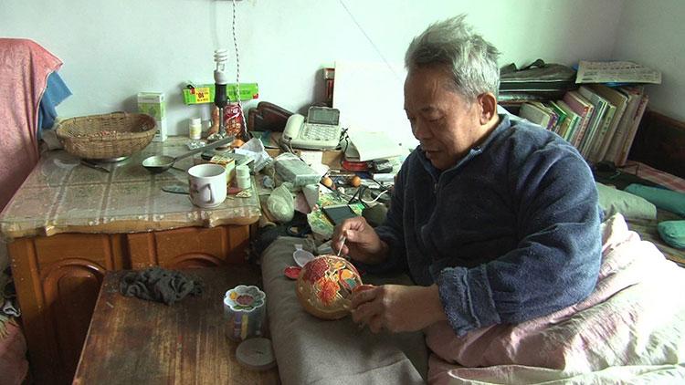传奇!淄博老人瘫痪在床36年 自学葫芦雕刻鸡蛋上作画