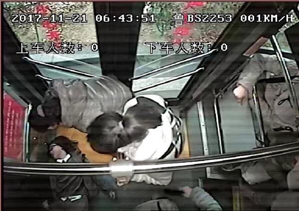 青岛女乘客公交车上晕倒 公交