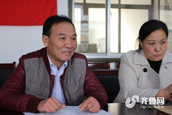 徐培国(左)接受采访时他的三姐(他干妈的三女儿)始终泪眼婆娑.JPG