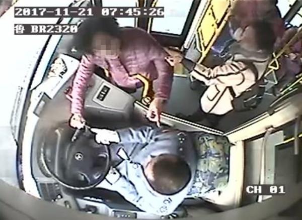 惊险!青岛女子乘车坐过站下车被拒 抢方向盘逼司机停车