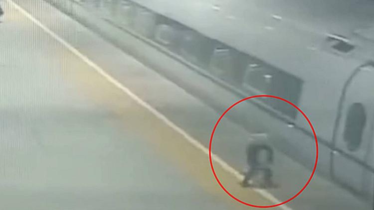 54秒|惊险!三岁女童下车险些跌落站台,幸好客运员一把抱住