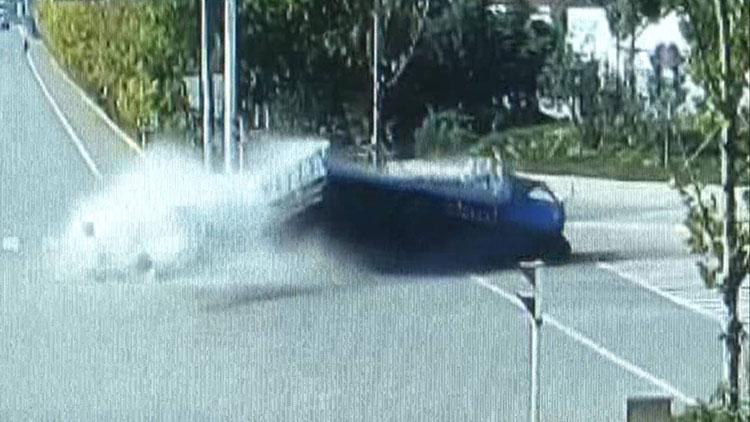 19秒|惊险!拉砖三轮车与小轿车相撞,空心砖撒了一地