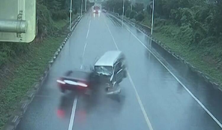 23秒丨惨烈!黑色轿车超速行驶 越线后径直撞向面包车