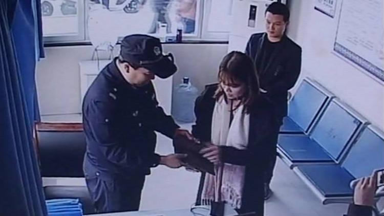 34秒|尴尬!淄博民警巡逻捡钱包 联系失主却被当骗子