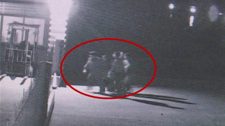 53秒丨淄博一女子湖边洗手不慎落水 路人接力救命!