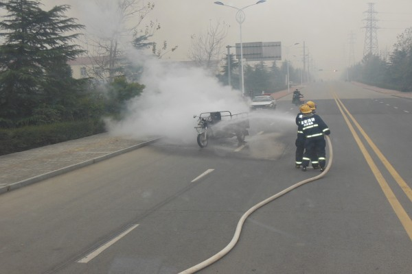 危险!三轮车满载纸箱突然起火 消防紧急营救