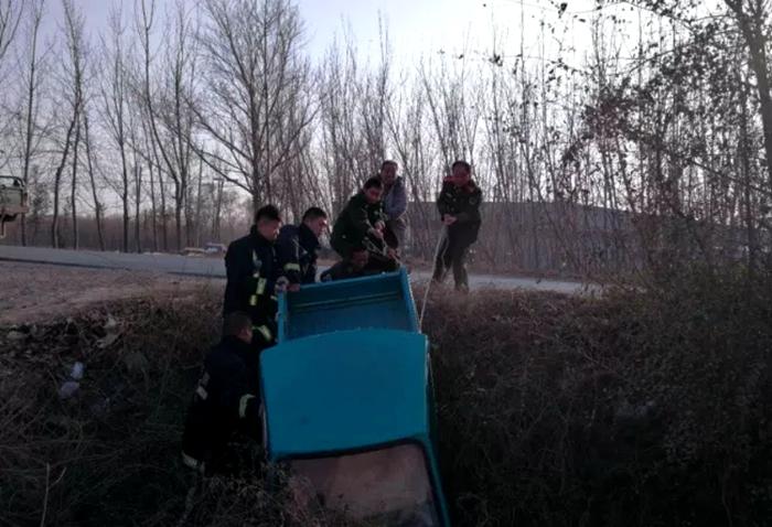 临清:三轮车翻进水沟 消防队员归队途中帮救援