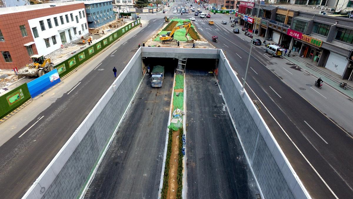 济南玉函路隧道正在铺设最后一层沥青 预计年底通车