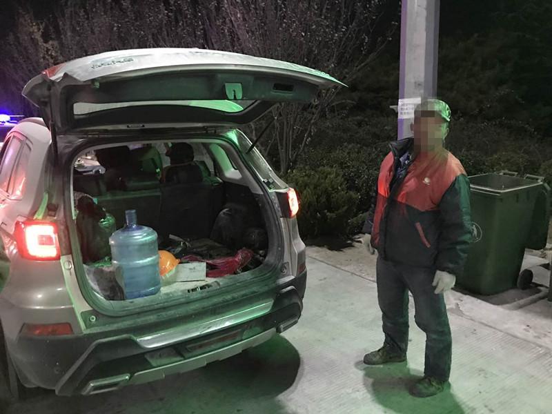面对交警检查慌了神!越野车超载后备箱藏匿大活人