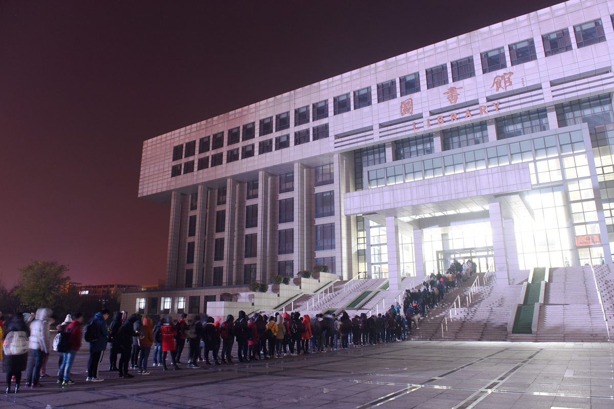 """够拼!山东""""考研族""""凌晨四点图书馆外排百米长队备考"""